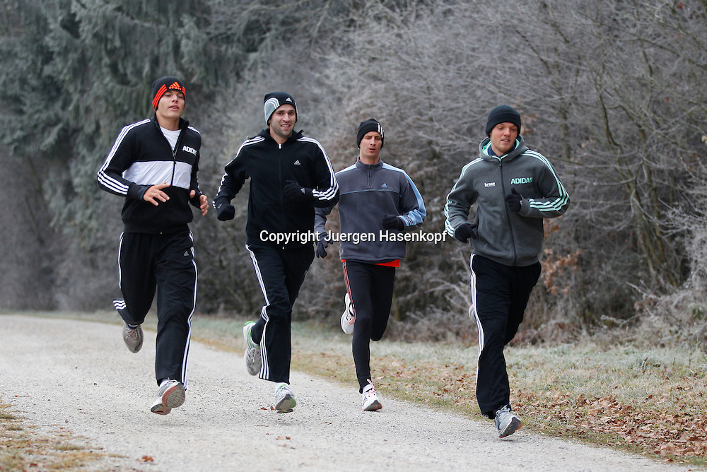 Tennis Profi Florian Mayer (GER) in der Formaxx TennisBase in Oberhaching bei Muenchen, Konditionstraining mit R-L. Kevin Krawietz,Florian,Tobias Summerer und Peter Heller,Lauftraining,Winterkleidung,jogging,.Fitness,Ganzkoerper,Querformat,