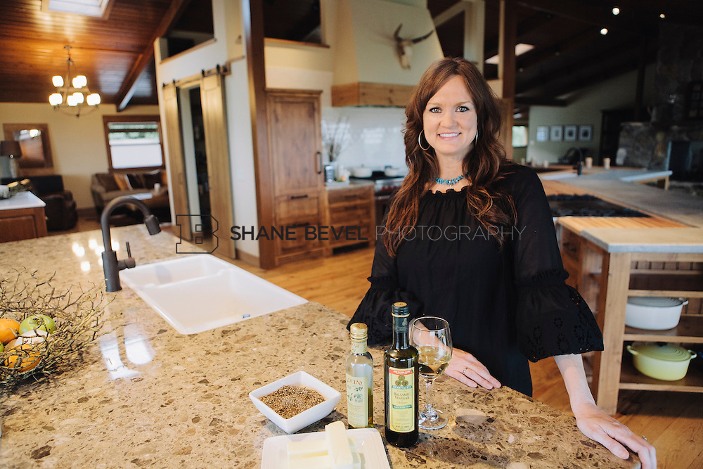 9/15/09 6:13:10 PM -- Ree Drummond, The Pioneer Woman, works in the kitchen in the lodge near her home on the Drummond Ranch near Pawhuska, Okla. ..Photo by Shane Bevel