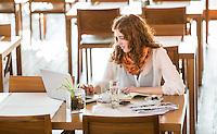 Creative Workplace, junge Frau, kreativ, Arbeiten außerhalb des Büros, Laptop, Mobiltelefon, Kaffeepause, Restaurant, Österreich, Horn