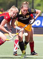 DEN BOSCH - Maartje Paumen (r) , die twee keer scoorde, passeert Lisanne de Lange van Laren, zondag tijdens de eerste finalewedstrijd , van de best of three ,  hoofdklassehockey tussen de vrouwen van Den Bosch en Laren (2-1). ANP KOEN SUYK