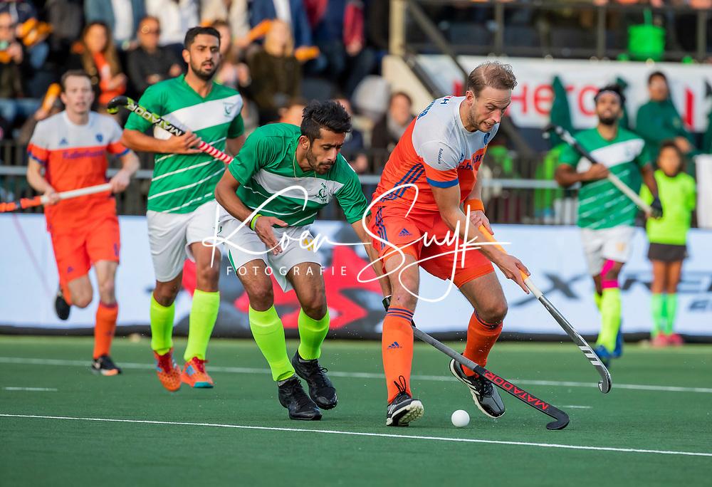 AMSTELVEEN - Billy Bakker (Ned)  met Ammad Butt (Pak)   tijdens  de tweede  Olympische kwalificatiewedstrijd hockey mannen ,  Nederland-Pakistan (6-1). Oranje plaatst zich voor de Olympische Spelen 2020.   COPYRIGHT KOEN SUYK