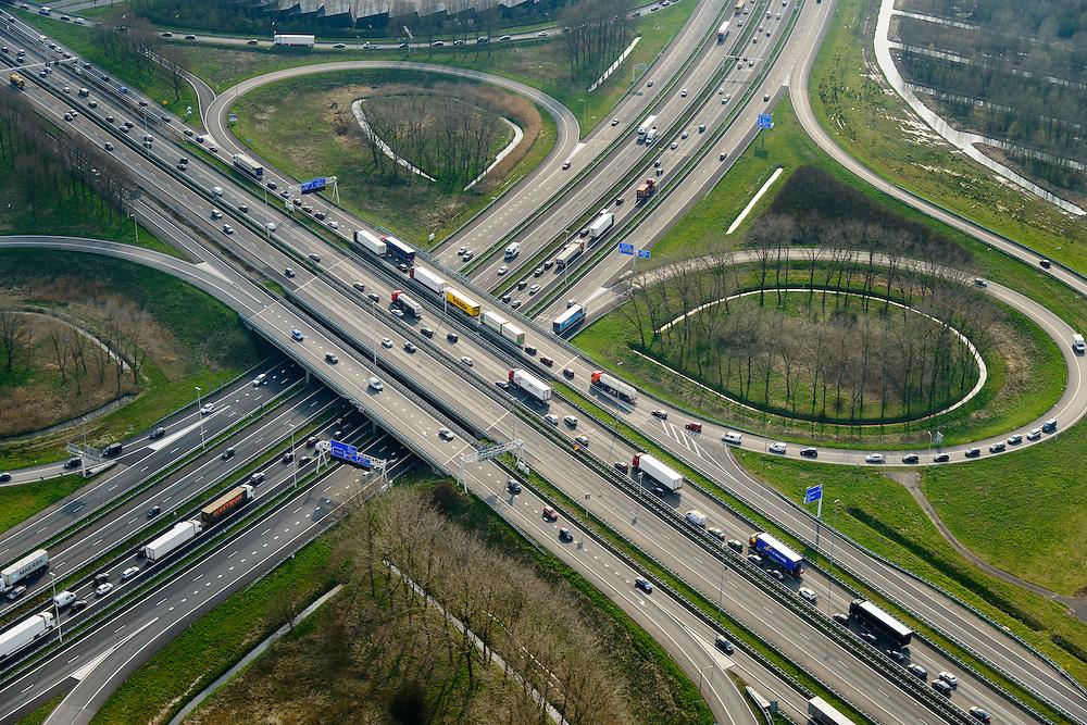 Nederland, Zuid-Holland, Gemeente Gorinchem, 01-04-2016; knooppunt Gorinchem, kruising A27 (linksboven-rechtsonder) en A15 met langzaam rijdend en stilstaand verkeer.<br /> Gorinchem junction.<br /> luchtfoto (toeslag op standard tarieven);<br /> aerial photo (additional fee required);<br /> copyright foto/photo Siebe Swart
