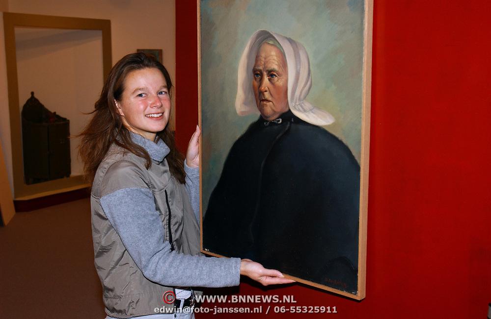 Voorbereiding nieuwe tentoonstelling kunstenaar Den Ekster Huizer Museum