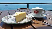 Kaffee und Kuchen am Wasser, Friedrichshafen, Bodensee, Baden-Württemberg, Deutschland