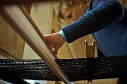 Casa da Tecelagem e Restaurante Casa Vanni foi construída em 1935, por Pietro Strapazzon, pertence atualmente à família Vanni. Sofreu em 1975 a retirada do andar superior. Retomou as características originais quando, em 1996, foi totalmente restaurada pelo projeto Caminhos de Pedra. No andar superior da casa funciona o Restaurante Casa Vanni, gerenciado por Jerusa Vanni. A Casa da Tecelagem, sob responsabilidade da família de Justina Cavalet, funciona no térreo da casa onde ocorre a produção manual de tecidos. Foto: Lucas Uebel/Preview.com