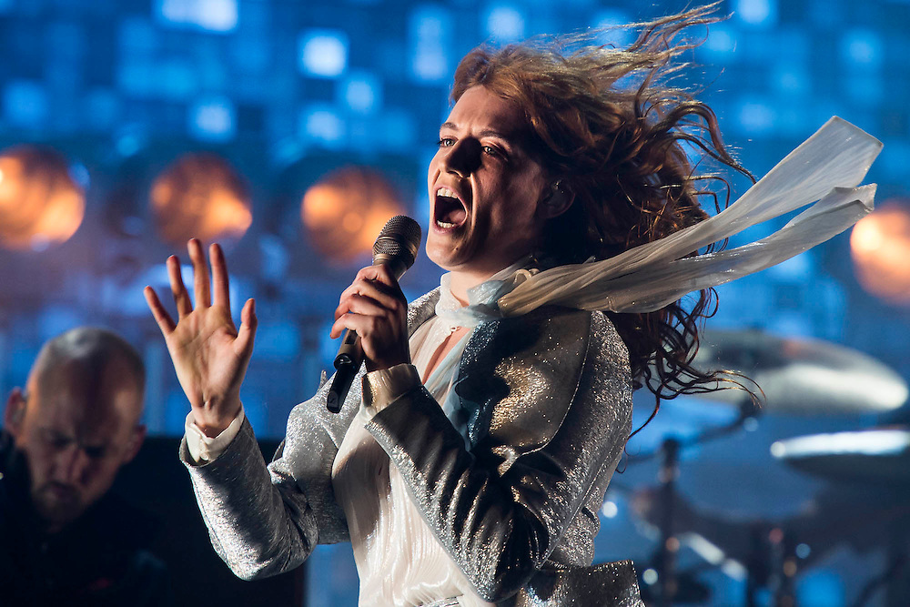 Florence and the Machine play the Pyramid Stage.  The 2015 Glastonbury Festival, Worthy Farm, Glastonbury.