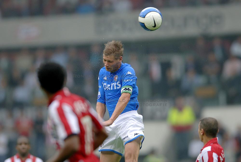 17-09-2006 VOETBAL: PSV - FEYENOORD: EINDHOVEN <br /> PSV verslaat in eigen huis Feyenoord met 2-1 / Theo Lucius<br /> &copy;2006-WWW.FOTOHOOGENDOORN.NL
