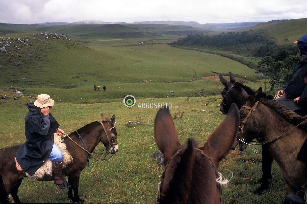 Sao Jose dos Ausentes, Rio Grande do Sul, Brasil. 11/1999..Participantes do Mula Trekking, nos Campos de Cima da Serra do RS./ Participants of Mule trekking..Foto © Marcos Issa/Argosfoto