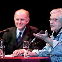 """Nederland,Apeldoorn ,13 december 2005..Schrijver Jan Siebelink is te gast voor een interview bij Podium Gigant en signeert in de pauze en achteraf zijn laatste roman """"Knielen op een bed violen""""..Foto:Jean-Pierre Jans"""