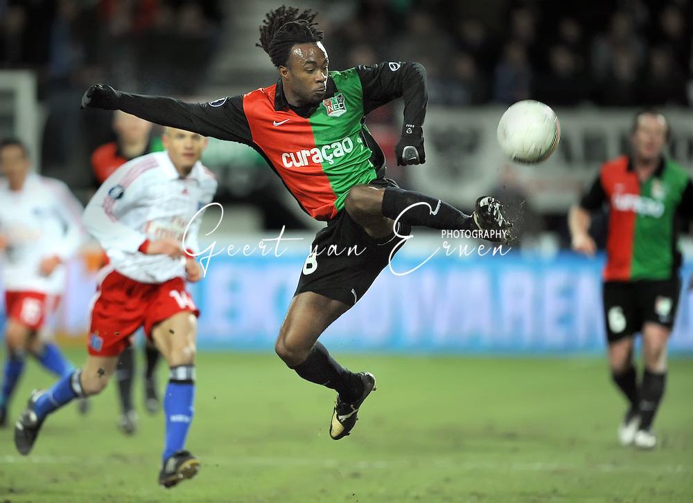 18-02-2009: voetbal: NEC - Hamburger SV: Nijmegen: UEFA Cup<br /> Lorenzo DAVIDS met een spectaculaire ingreep<br /> Fotograf: Geert van Erven