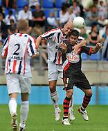 23-08-2008 VOETBAL:WILLEM II:RAYO VALLECANO:TILBURG<br /> Danny Schenkel wint het luchtduel van Aganzo<br /> Foto: Geert van Erven