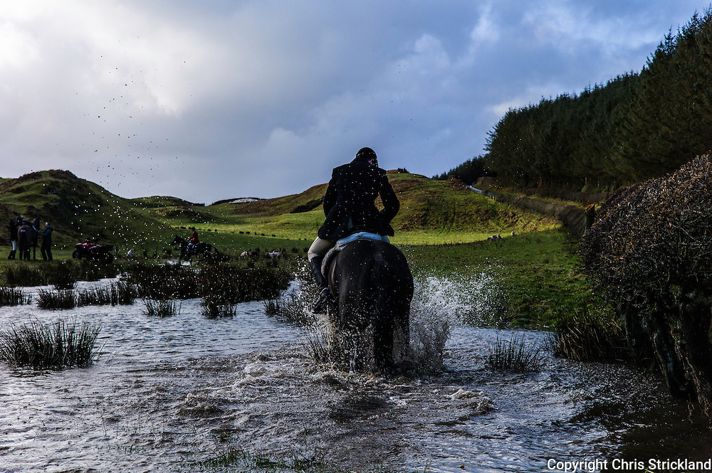 Hawick, Scotland, UK. 24th December 2015. Jedforest Hunt Christmas eve meet at Old Orchard courtesy of the Vestey family.