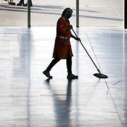 Donna delle pulizie al lavoro