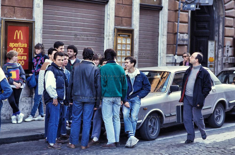 Roma 1984.Paninari davanti al Mc Donald's di piazza di Spagna.Rome 1984.Paninari front of Mc Donald's Piazza di Spagna