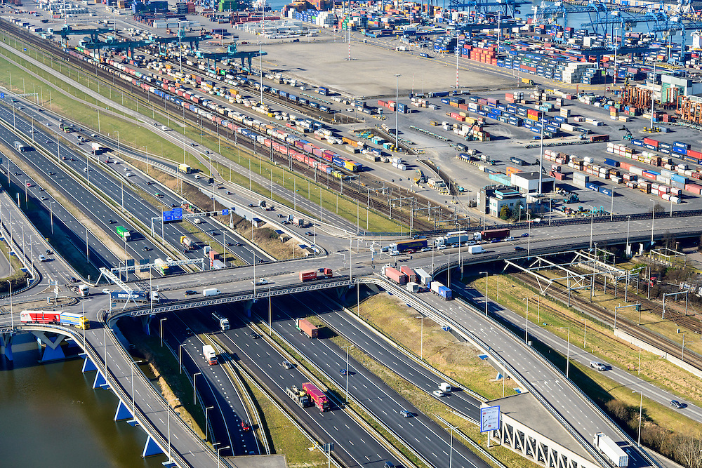 Nederland, Zuid-Holland, Rotterdam, 18-02-2015. A15 ter hoogte van Waalhaven Emplacement, bedrijventerrein Waalhaven en Vondelingenweg. Eemhaven in de achtergrond.<br /> Motorway A15, connecting Port of Rotterdam with hinterland, harbours and container terminals.<br /> luchtfoto (toeslag op standard tarieven);<br /> aerial photo (additional fee required);<br /> copyright foto/photo Siebe Swart