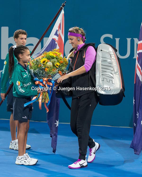 Victoria Azarenka (BLR) betriit den Centre Court und wird von einem Ballmaedchen mit Blumen begruesst,<br /> Endspiel,Finale,<br /> <br /> Tennis - Brisbane International  2016 - WTA -  QLD Tennis Centre - Brisbane - QLD - Australia  - 9 January 2016. <br /> &copy; Juergen Hasenkopf