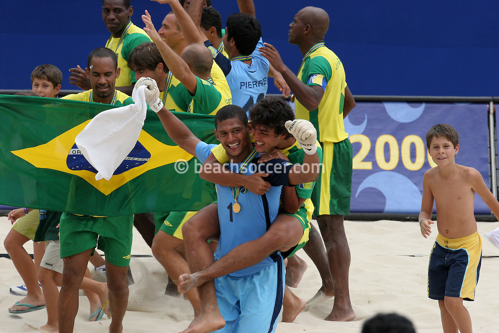 Footbal-FIFA Beach Soccer World Cup 2006 - Final- BRA xURU -Mão and Bruno celebrates the Champion Chip  -Rio de Janeiro- Brazil - 12/11/2006.<br />