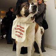 NLD/Amsterdam/20060131 - BN'er hondendiner, protest tegen gebruik proefdieren, hond met slabbetje