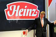 Prins Willem-Alexander tijdens de opening van het Europese Heinz Innovatie Centrum in Nijmegen. In dit onderzoekscentrum werken produktontwikkelaars en voedingswetenschappers aan de nieuwste ontwikkelingen op het gebied van voeding en verpakkingen voor de Europese markt. <br /> <br /> Prince Willem-Alexander during the opening of the European Heinz Innovation Centre in Nijmegen. In this research work product developers and nutrition scientists at the latest developments in the field of nutrition and packaging for the European market.<br /> <br /> Op de foto / On the photo:  Dave Moran -  CEO Heinz Amerika en Prins Willem Alexander verrichten de officiele opening<br /> <br /> Dave Moran - CEO Heinz America and Prince Willem Alexander perform the official opening