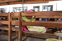 06 OCT 2009, ARUSHA/TANZANIA:<br /> Kleines Maedchen wartet im Ngarenaro Health Center, ONE Informationsreise nach Tansania, Arusha / Kilimandscharo<br /> IMAGE: 20091006-01-122<br /> KEYWORDS: Reise, Trip, Afrika, Africa, Gesundheit, Gesundheitszentrum, child, Mädchen