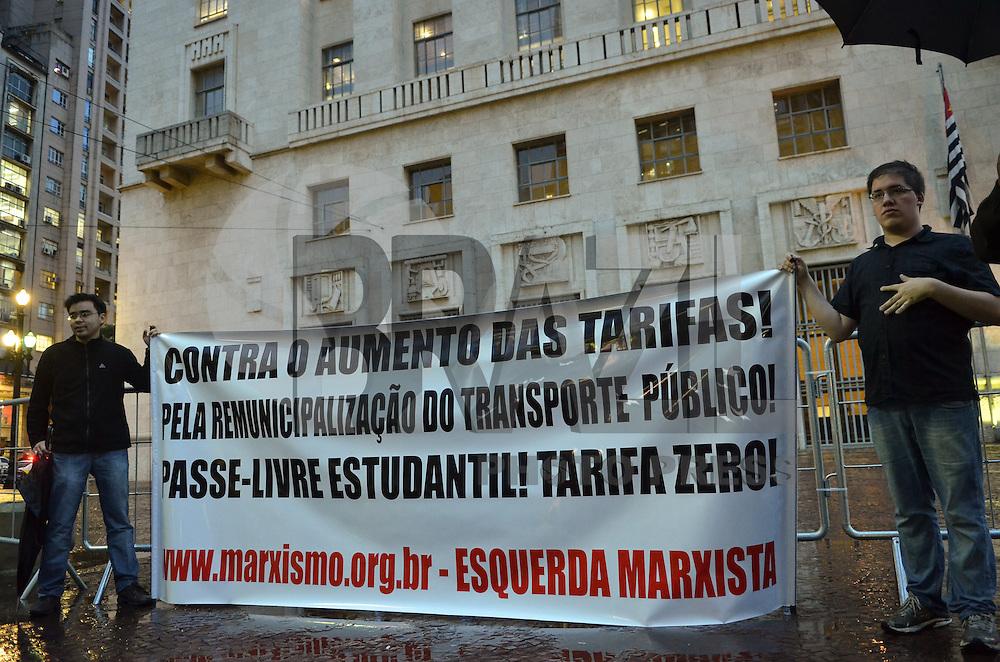 SAO PAULO, SP, 28 DE MAIO DE 2013 - PROTESTO TARIFA TRANSPORTE - Manifestantes protestam, em frente a Prefeitura, região central, contra o aumento da tarifa do transporte público, que deve acontecer no próximo domingo (01), segundo o Governador Geraldo Alckmin e o Prefeito Fernando Haddad, no fim da tarde desta terça feira, 28.   (FOTO: ALEXANDRE MOREIRA / BRAZIL PHOTO PRESS)