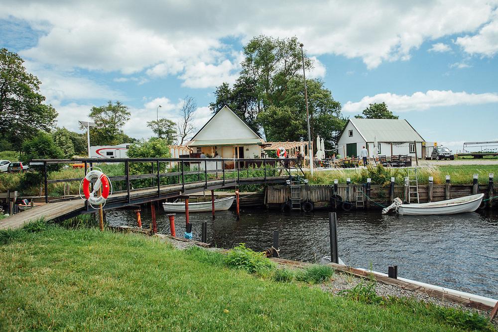 På vänster är restaurangens huvud entre.  Restaurangen ligger i Hörte Hamn, Skivarp, Skåne