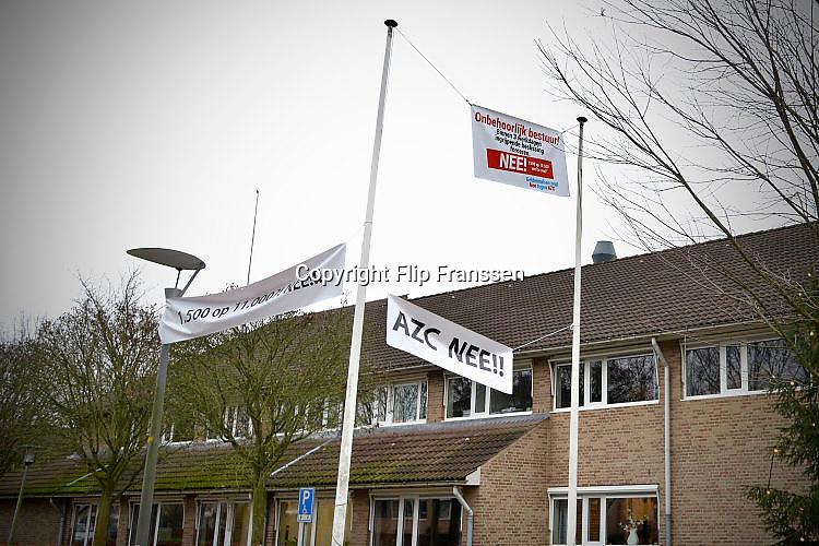 Nederland, the Netherlands, Geldermalsen, 18-12-2015 Tegenstanders van de opvang voor vluchtelingen, azc, hebben spandoeken en protestleuzen in het dorp en bij het gemeentehuis opgehangen. Na een geweldadige demonstratie afgelopen woensdag is het besluit, de besluitvorming, uitgesteld. Geldermalsen, the Netherlands, Demonstration, protest, against the sheltering in a tentcamp near Geldermalsen. In Holland the growing number of refugees forces the government to house them in big centers. Some citizens do not approve and made a violent protest last wendsday. FOTO: FLIP FRANSSEN