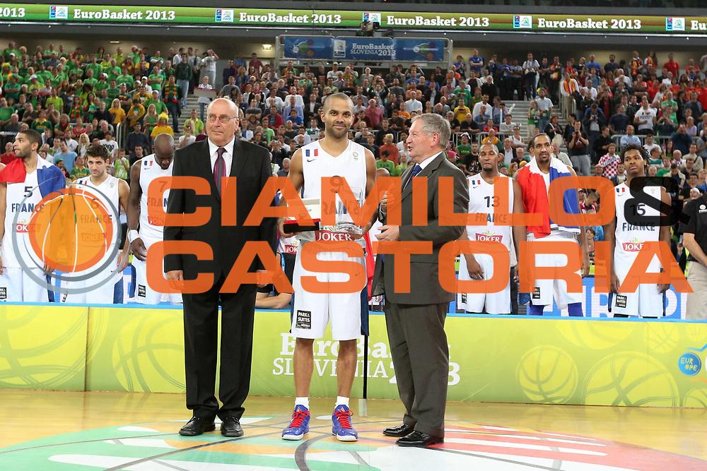 DESCRIZIONE : Lubiana Ljubliana Slovenia Eurobasket Men 2013 Finale Final Francia France Lituania Lithuania<br /> GIOCATORE : Tony Parker MVP<br /> CATEGORIA : premiazione award MVP<br /> SQUADRA : Francia France<br /> EVENTO : Eurobasket Men 2013<br /> GARA : Francia France Lituania Lithuania<br /> DATA : 22/09/2013 <br /> SPORT : Pallacanestro <br /> AUTORE : Agenzia Ciamillo-Castoria/ElioCastoria<br /> Galleria : Eurobasket Men 2013<br /> Fotonotizia : Lubiana Ljubliana Slovenia Eurobasket Men 2013 Finale Final Francia France Lituania Lithuania<br /> Predefinita :