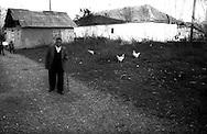 Kosovo - Pejë, Novembre 2000. Il villaggio di Orasje,  abitato da 15 famiglie di etnia rom.