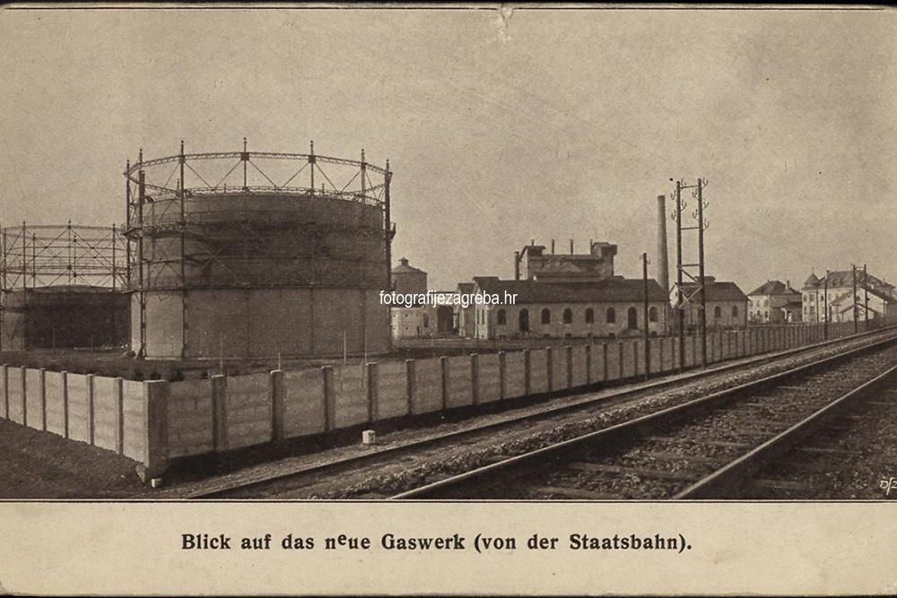 """Blick auf das neue Gaswerk (von der Staatsbahn).  <br /> <br /> ImpresumZagreb : C. Albrecht, [poslije 1911].<br /> Materijalni opis1 razglednica : tisak ; 9,3 x 14,5 cm.<br /> NakladnikTiskara Carla Albrechta (Zagreb)<br /> Mjesto izdavanjaZagreb<br /> Vrstavizualna građa • razglednice<br /> ZbirkaGrafička zbirka NSK • Zbirka razglednica<br /> Formatimage/jpeg<br /> PredmetZagreb –– Radnička cesta<br /> SignaturaRZG-RAD-1<br /> Obuhvat(vremenski)20. stoljeće<br /> NapomenaRazglednica nije putovala. • Razglednica prikazuje novu Gradsku plinaru u današnjoj Radničkoj ulici (do 1928. godine Kanal XII), koja je službeno puštena u pogon 1911. godine. • Radnička cesta imenovana je po radničkim naseljima koja su se formirala između ceste i pruge. • Prema Dragutin (Carl) Albrecht (litograf i tiskar). Nakon njegove smrti poduzeće vode sin Dragutin i tiskar Dragutin Hauptfeld. Od 1896 do 1905. Josip Wittasek (""""Tiskara i litografija C. Albrecht""""). Od. 1905 do 1906. Mile Maravić i Mirko Dečak (""""C. Albrecht""""). Od 1906. do 1910. Stjepan Platzer, a od 1920. Dragutin Šrepel. Godine 1929. tiskaru kupuje Petar Acinger (""""C. Albrecht"""", sve do 1947.<br /> PravaJavno dobro<br /> Identifikatori000954583<br /> NBN.HRNBN: urn:nbn:hr:238:682263 <br /> <br /> Izvor: Digitalne zbirke Nacionalne i sveučilišne knjižnice u Zagrebu"""