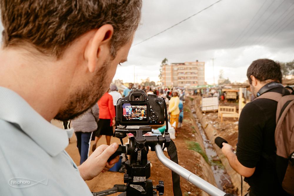 Kenia 2017: Nairobi. Andrea Canepari (Regista) e Francesco Medda (Sound Designer) all'opera in Kabiria Rd.