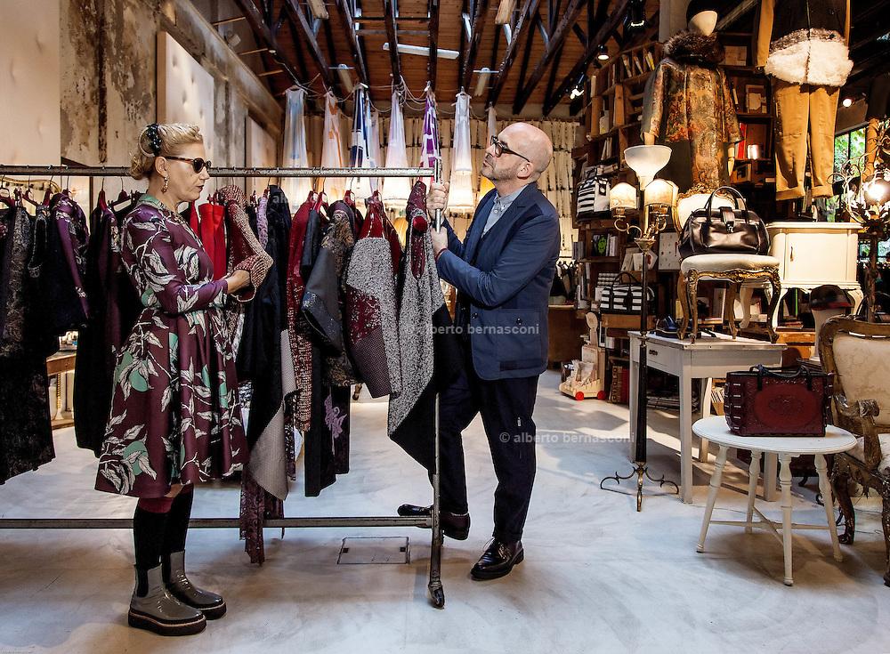 Antonio Marras con la moglie Patrizia nello show room a Milano