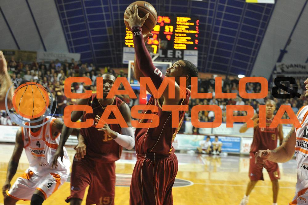 DESCRIZIONE : Venezia Lega Basket A2 2010-11 Umana Reyer Venezia Snaidero Udine<br /> GIOCATORE : Keydren Clark<br /> SQUADRA : Umana Reyer Venezia Snaidero Udine<br /> EVENTO : Campionato Lega A2 2010-2011<br /> GARA : Umana Reyer Venezia Snaidero Udine<br /> DATA : 02/01/2011<br /> CATEGORIA : Tiro<br /> SPORT : Pallacanestro <br /> AUTORE : Agenzia Ciamillo-Castoria/M.Gregolin<br /> Galleria : Lega Basket A2 2010-2011 <br /> Fotonotizia : Venezia Lega A2 2010-11 Umana Reyer Venezia Snaidero Udine<br /> Predefinita :