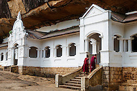 Sri Lanka, province du centre, district de Matale, Dambulla, Temple d'Or classé patrimoine mondial de l'UNESCO, temple troglodytiques, monastère construit dans la roche et qui abrite cinq sanctuaires dans les grottes, moine en pelerinage // Sri Lanka, Ceylon, North Central Province, Dambulla, Buddhist Cave Temple, UNESCO World Heritage Site, monk
