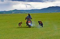 Mongolie, Province de Ovorkhangai, Vallee de l'Orkhon, motard dans la steppe // Mongolia, Ovorkhangai province, Okhon valley, Nomad with motorbike