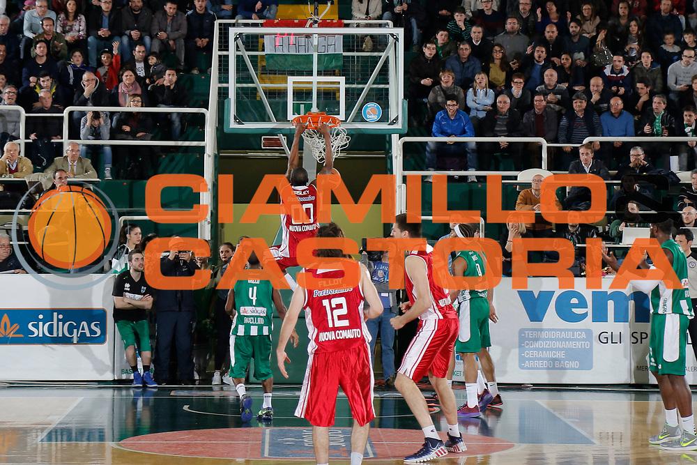 DESCRIZIONE : Avellino Lega A 2014-15 Sidigas Avellino Giorgio Tesi Group Pistoia<br /> GIOCATORE : Tony Easley<br /> CATEGORIA : schiacciata controcampo<br /> SQUADRA : Giorgio Tesi Group Pistoia<br /> EVENTO : Campionato Lega A 2014-2015<br /> GARA : Sidigas Avellino Giorgio Tesi Group Pistoia<br /> DATA : 13/04/2015<br /> SPORT : Pallacanestro <br /> AUTORE : Agenzia Ciamillo-Castoria/A. De Lise<br /> Galleria : Lega Basket A 2014-2015 <br /> Fotonotizia : Avellino Lega A 2014-15 Sidigas Avellino Giorgio Tesi Group Pistoia