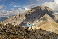 Wanderimpressionen und Landschaften zwischen Orgel-Pass, Ela-Pass und Lai Grond. Wandergruppe unterhalb des Cotschen (2829) und Blick auf den Piz Ela (3339)