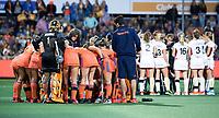 AMSTELVEEN -  teambesprekingen   tijdens Belgie-Nederland (dames) bij de Rabo EuroHockey Championships 2017.  COPYRIGHT KOEN SUYK