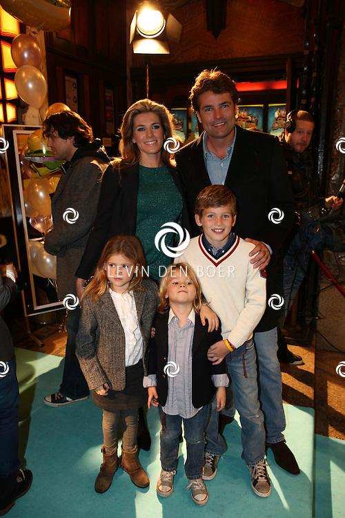 AMSTERDAM - Reinout en Danielle Oerlemans en hun kinderen op de rode loper van de filmpremiere Dik Trom zondag in Amsterdam.  FOTO LEVIN DEN BOER - PERSFOTO.NU