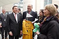 23 JAN 2003, BERLIN/GERMANY:<br /> Gerhard Schroeder (L), SPD, Bundeskanzler, und Jacques Chirac (R), Praesident Frankreich, bekommen noch einige Praesente ueberreicht, nach einer Diskussion mit 500 Jugendlichen des deutsch-franzoesischen Jugendparlaments, Bundeskanzleramt<br /> IMAGE: 20030123-01-048<br /> KEYWORDS: Gerhard Schröder