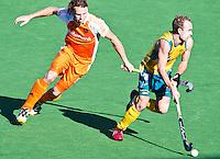 MELBOURNE - Matthew Swann (r) van Australie passeert Bob de Voogd tijdens de hockeywedstrijd tussen de mannen van Nederland en Australie bij de Champions Trophy hockey in Melbourne.  ANP KOEN SUYK