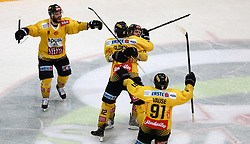 12.04.2019, Albert Schultz Halle, Wien, AUT, EBEL, Vienna Capitals vs EC Red Bull Salzburg, Halbfinale, 7. Spiel, im Bild Torjubel der Vienna Capitals nach dem 2:1 durch Benjamin Nissner (Vienna Capitals) // during the Erste Bank Icehockey 7th semifinal match between Vienna Capitals and EC Red Bull Salzburg at the Albert Schultz Halle in Wien, Austria on 2019/04/12. EXPA Pictures © 2019, PhotoCredit: EXPA/ Alexander Forst