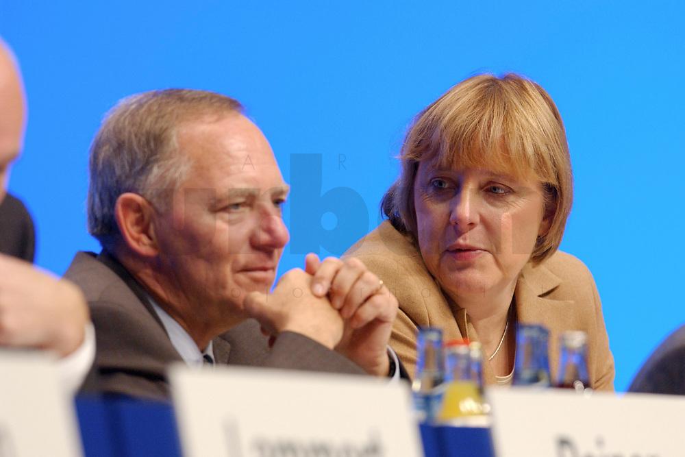 11 NOV 2002, HANNOVER/GERMANY:<br /> Wolfgang Schaeuble (L), CDU, ehem. Bundesvorsitzende und Mitglied im Praesidium, und Angela Merkel (R), CDU Bundesvorsitzende, im Gespraech, CDU Bundesparteitag, Hannover Messe<br /> IMAGE: 20021111-01-097<br /> KEYWORDS: Parteitag, party congress, Wolfgang Sch&auml;uble, Gespr&auml;ch
