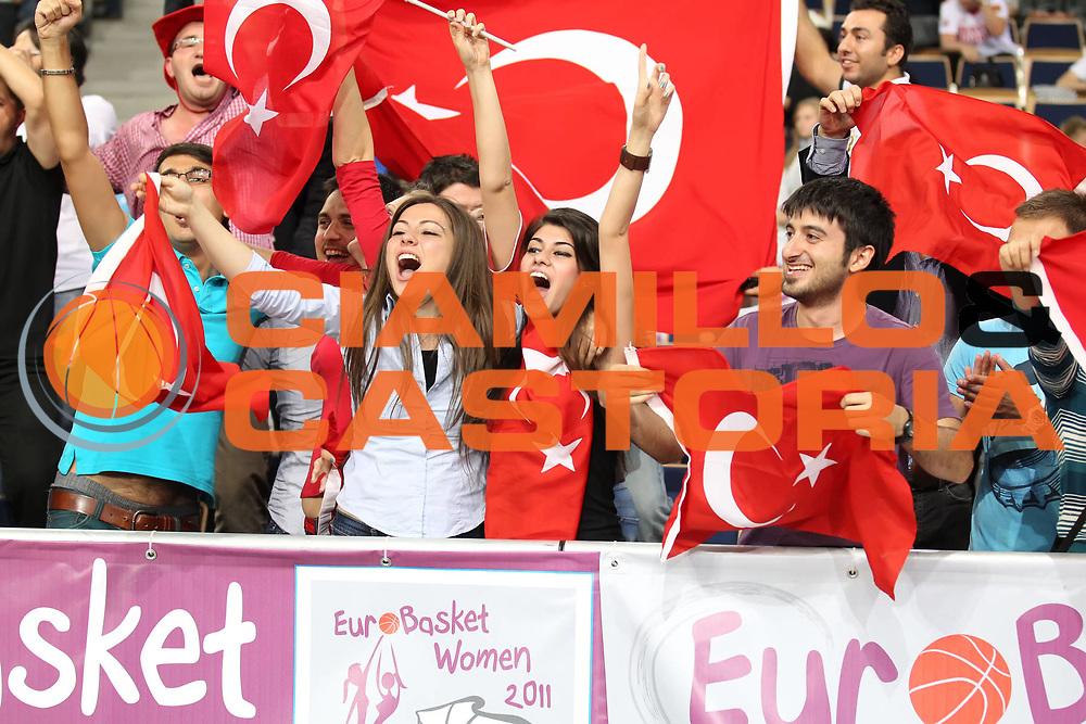DESCRIZIONE : Lodz Poland Polonia Eurobasket Women 2011 Semifinal Round Francia Turchia France Turkey<br /> GIOCATORE : fan tifosi supporter<br /> SQUADRA : Turkey Turchia<br /> EVENTO : Eurobasket Women 2011 Campionati Europei Donne 2011<br /> GARA : Francia Turchia France Turkey<br /> DATA : 01/07/2011<br /> CATEGORIA : <br /> SPORT : Pallacanestro <br /> AUTORE : Agenzia Ciamillo-Castoria/E.Castoria<br /> Galleria : Eurobasket Women 2011<br /> Fotonotizia : Lodz Poland Polonia Eurobasket Women 2011 Semifinal Round Francia Turchia France Turkey<br /> Predefinita :