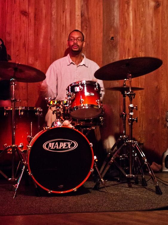 USA,Florida,Tallahassee, Schlagzeuger Jason Marsalis. Er ist  ist der jüngste Sohn von Ellis Marsalis und Bruder der Jazzmusiker Wynton Marsalis, Branford Marsalis, Delfeayo Marsalis. Hier in am Schlagzeug in einem Jazzclub namens Waterworks bei einer Session des Marcus Roberts Trio |  USA; Florida, Tallahassee, The Drummer Jason Marsalis |