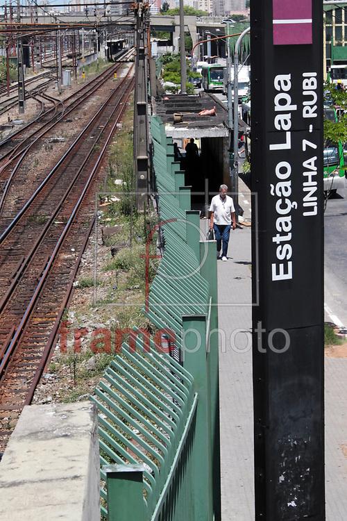Passagem da estação na Lapa está deteriorada - SP 13/11/2013 - A estação de trem da Lapa, na Linha 7 da CPTM (Companhia Paulista de Trens Metropolitanos, localizado abaixo da Rua John Harrison, na Zona Oeste, esta no abandono. Encontra-se deteriorado, com lâmpadas quebradas, tinta desgastada, infiltrações e mofo nas paredes das escadas e do corredor, além das pichações, que deixam o espaço com aspecto ainda mais degradado Foto Marcelo D'Sants/Frame.