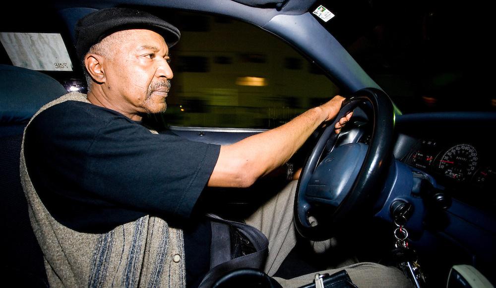 Michael Anderson, de Chicago, taxista, se mudó a Miami en el 2002 para disfrutar del clima. Ahora trabaja en turnos nocturnos con su taxi amarillo en MiamI Beach.