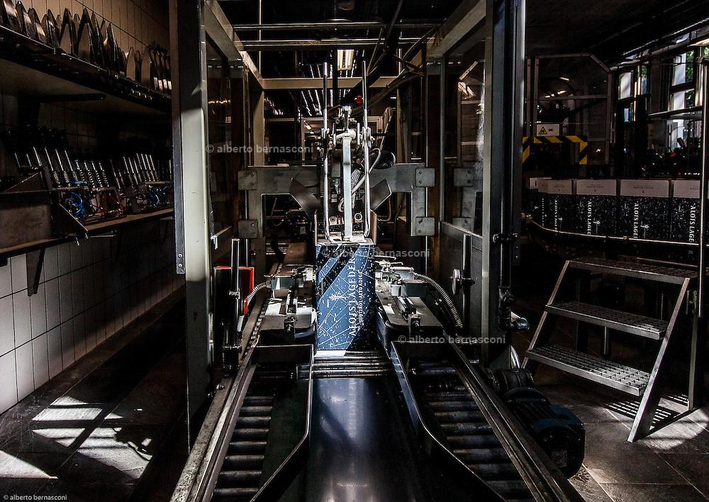 Magrè, Tenuta Tòr Löwengang, la fase di etichettatura e imballaggio delle bottiglie