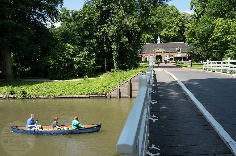 Bij Rhijnauwen vaart een vader met twee jongens in de kano over de Kromme Rijn.<br /> <br /> Near Rhijnauwen a father is canoeing with two boys at the Kromme Rijn.