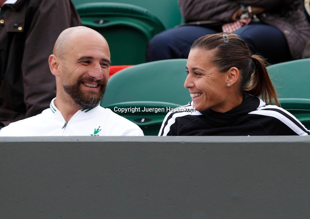 Wimbledon Championships 2012 AELTC,London,.ITF Grand Slam Tennis Tournament, Flavia Pennetta (ITA) und her Physiotherapeut Max Tosello  amuesieren sich in der Spielerloge,.Zuschauer,Querformat,Feature
